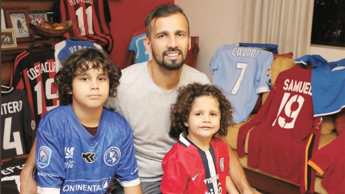 El ex futbolista paraguayo que cambia su colección de camisetas por comida