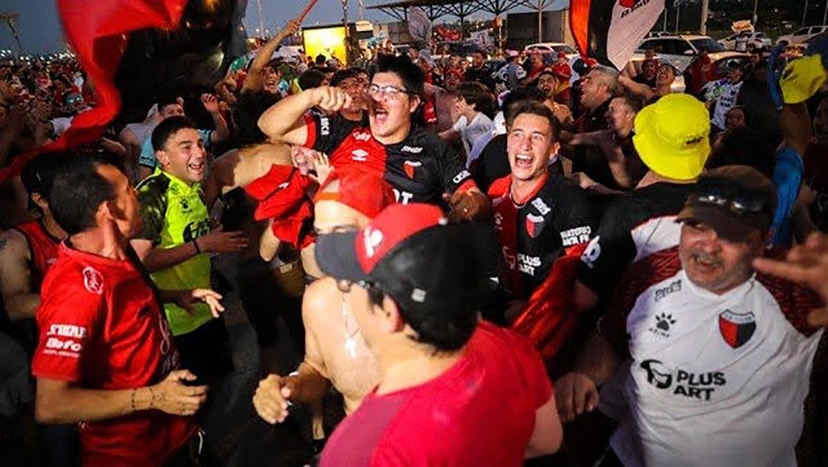 Video: hinchas de Colón rompen la cuarentena para festejar los 115 años del club