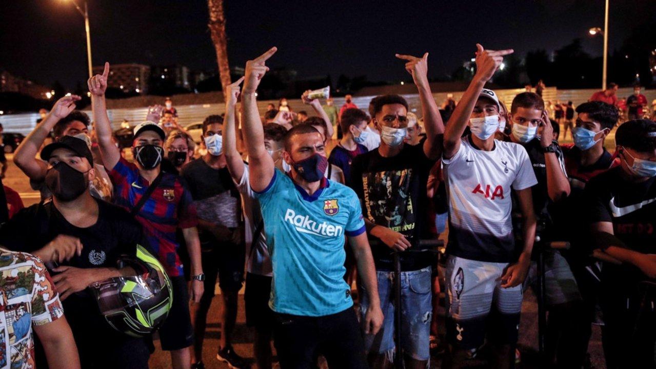 Video: los hinchas del Barcelona piden  la renucia del presidente tras el anuncio de Messi