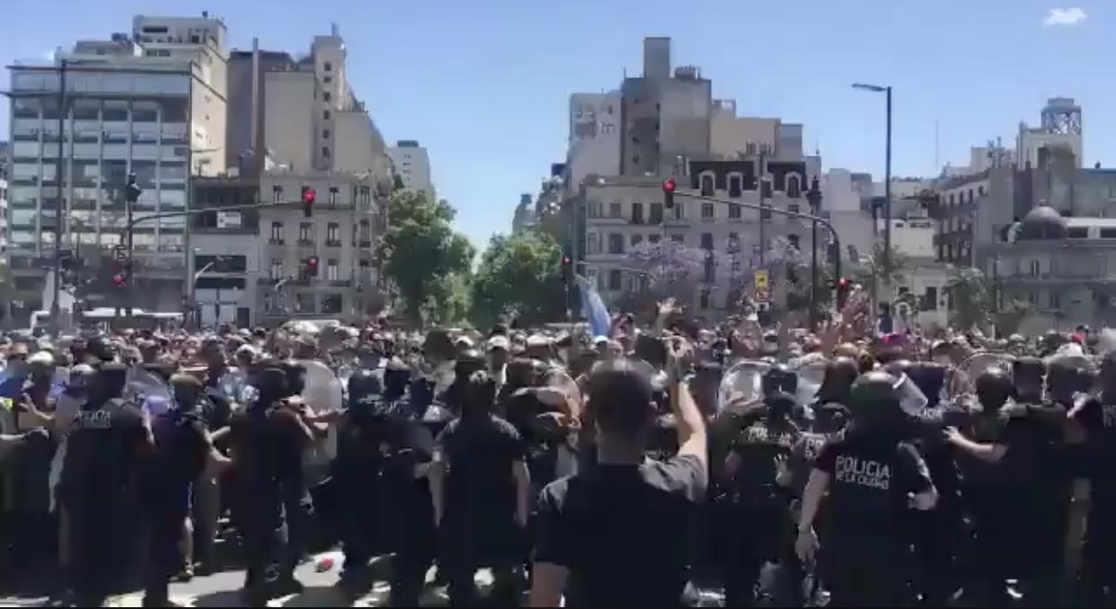 Video: incidentes en el velorio de Maradona entre la policía y los hinchas