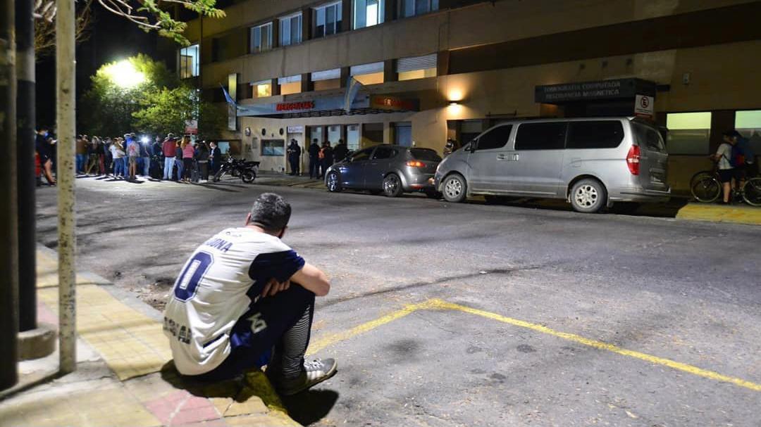 Amor por D10s: vigilia en La Plata tras la internación de Maradona
