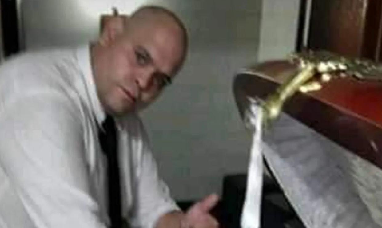 Indignación total: un empleado de la funeraria se sacó una foto con Maradona en el cajón