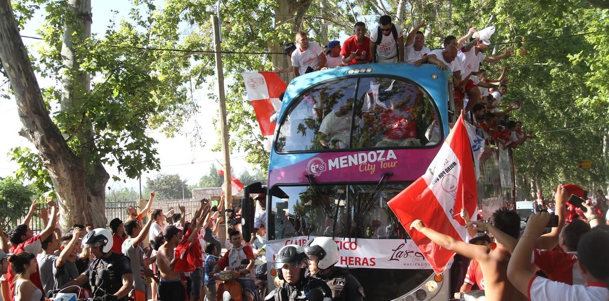 Los festejos del histórico ascenso de Huracán Las Heras