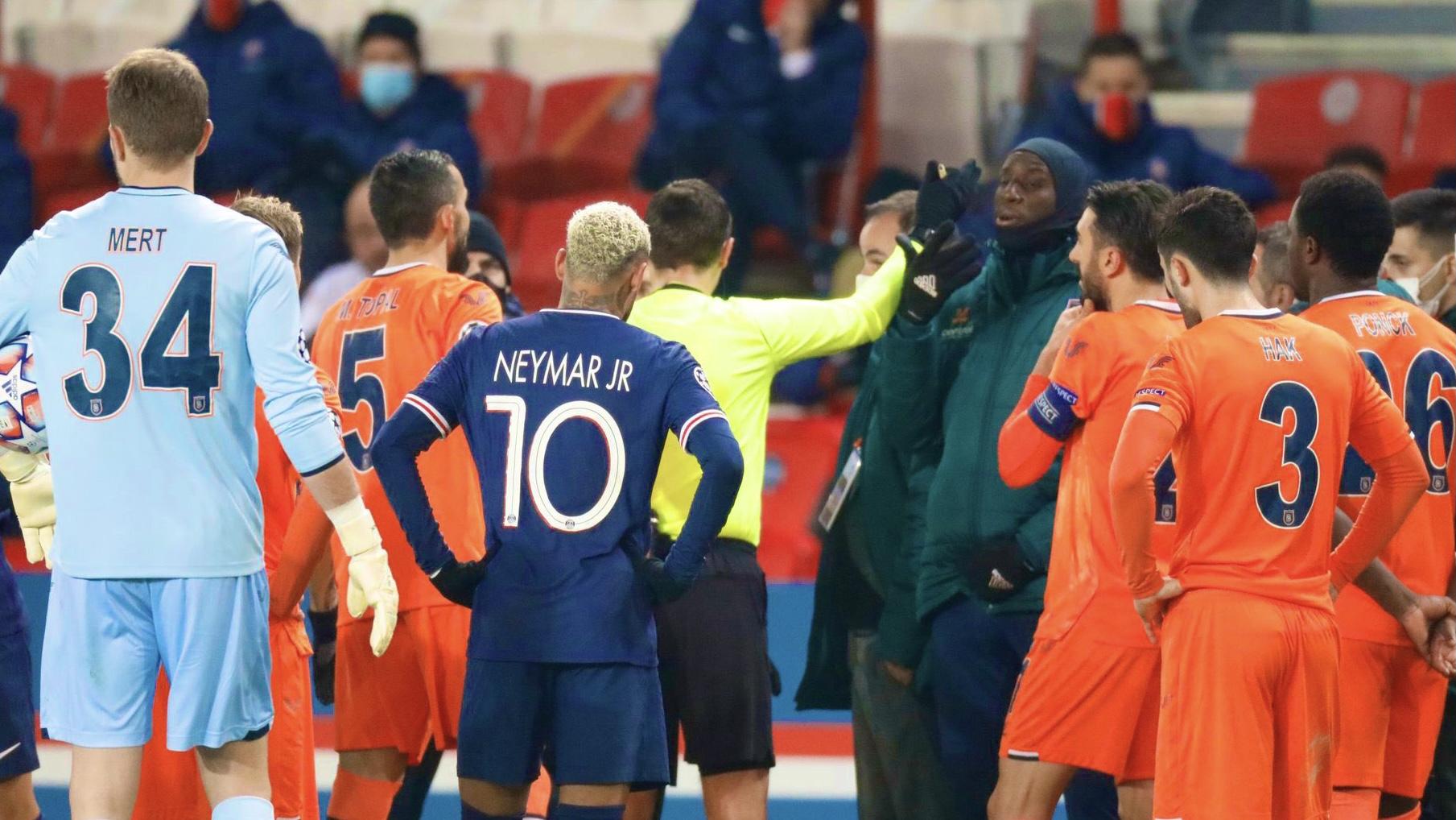 Escándalo: suspendieron un partido de la Champions por comentarios racistas de un árbitro