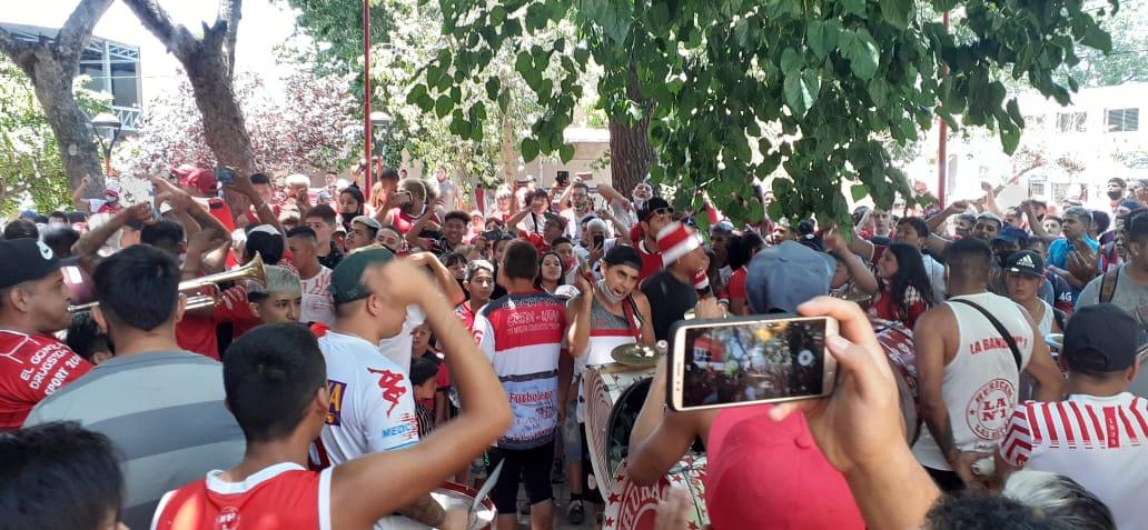 Fotos y videos: Huracán salió rumbo a Madryn y fue despedido por una multitud