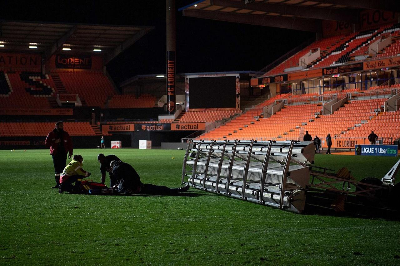 Tragedia en un estadio de fútbol: se le cayó un panel de luz y murió