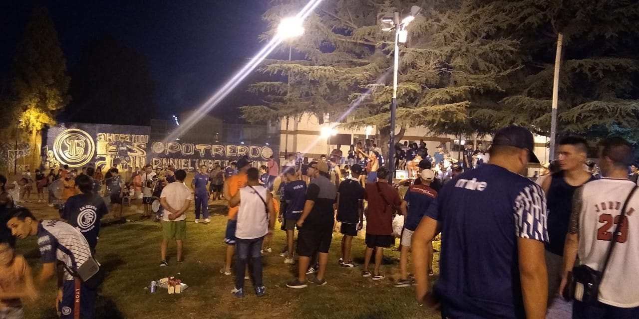 Los hinchas de Independiente Rivadavia ya viven el clásico ante el Verdinegro