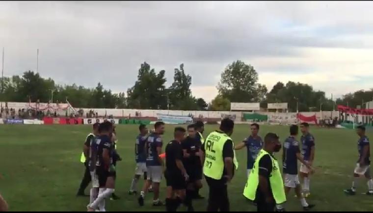 Incidentes en la Liga Mendocina: hinchas invadieron el estadio y se suspendió el partido
