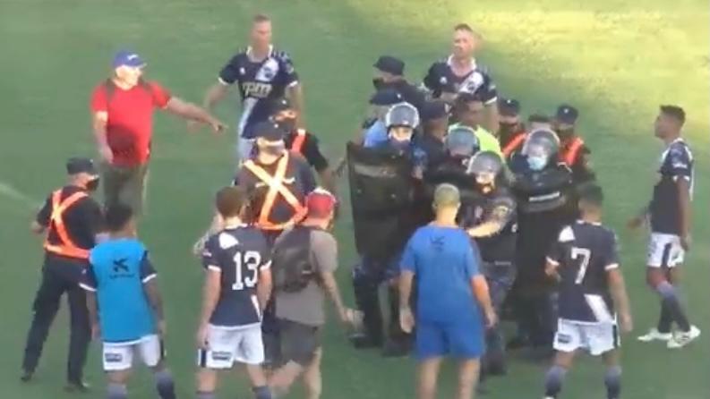 Video: Batalla campal entre los jugadores y los árbitros en el ascenso