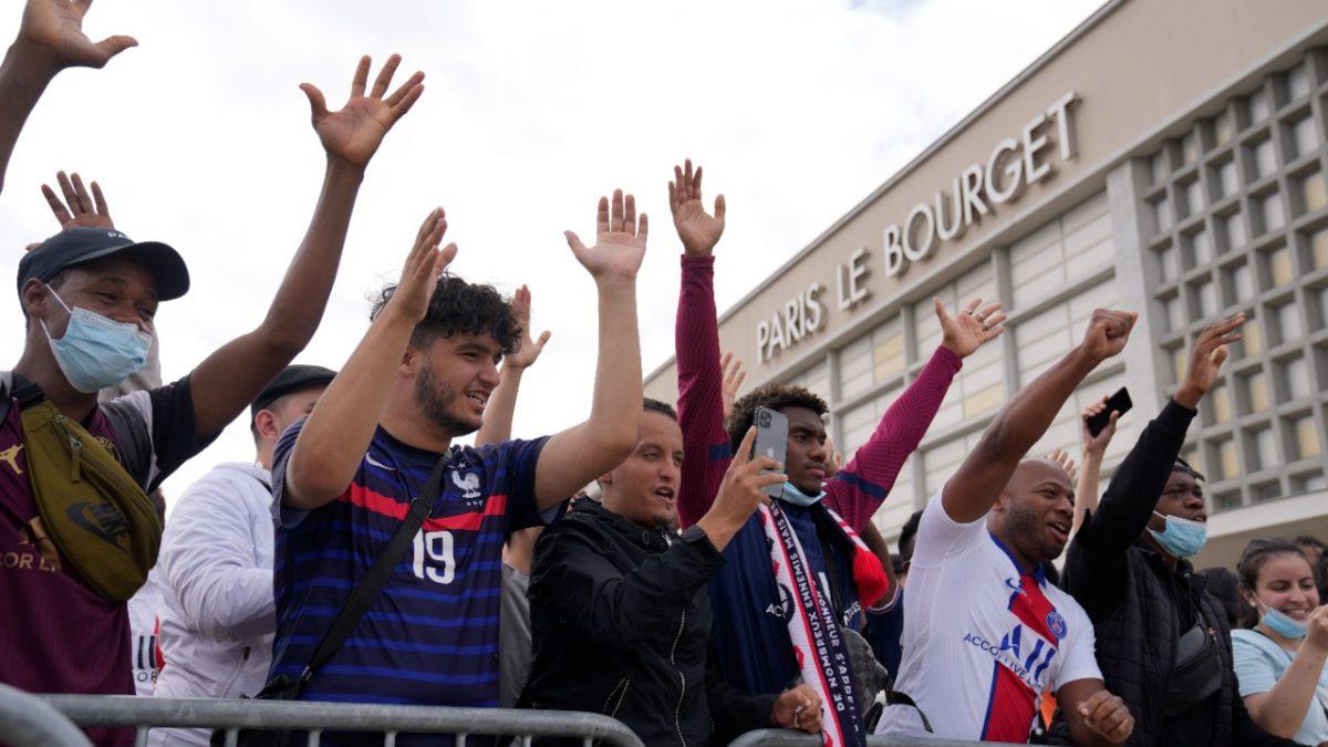 Messi al PSG: una multitud espera a Lionel Messi en París