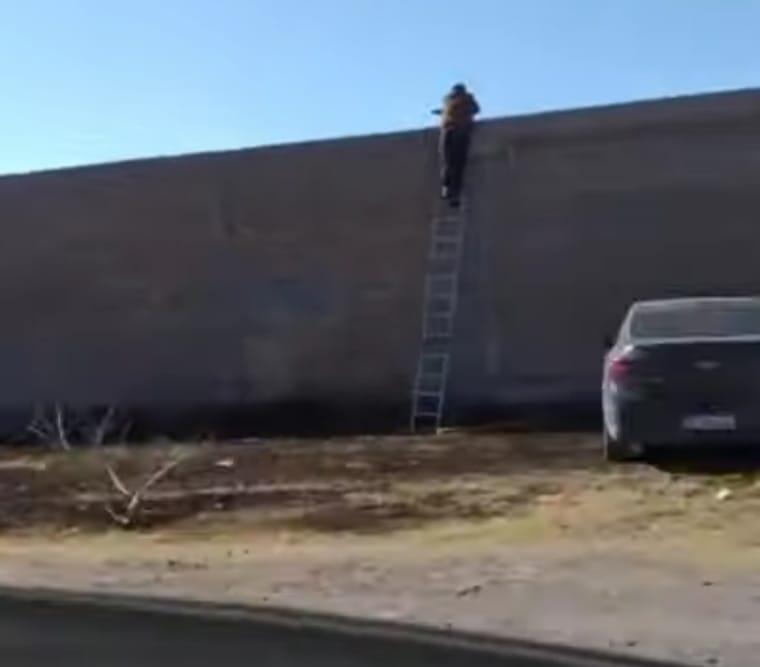 Un padre usa una escalera de 3 metros para ver jugar a su hijo en inferiores