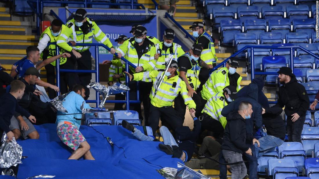 Video: violento cruce entre hinchas y la policía en la Europa League